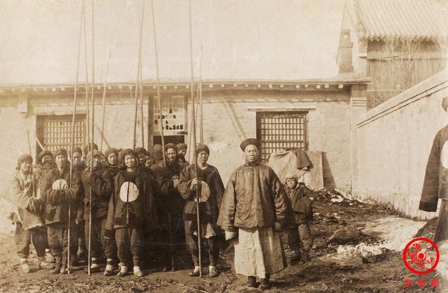 Bild  1895 Speer-Stangen und Qing-Soldaten zur Verteidigen Yingkou