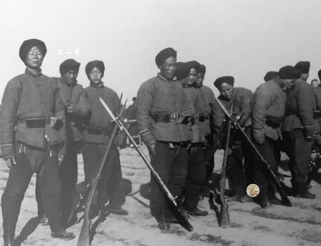 Bild  1903 Reformierte Qing-Soldaten mit modernsten Mauser-Gewehr und Kopfwickel um den Haar Zopf zu verdecken