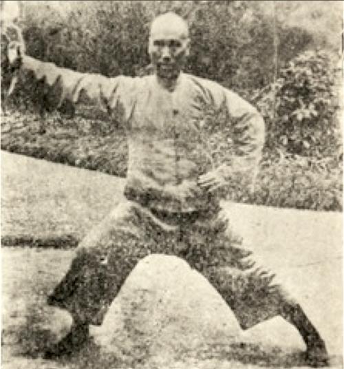 Bild Chen Zi Ming um 1932 mit der Geste 懒扎衣 Lan Zha Yi