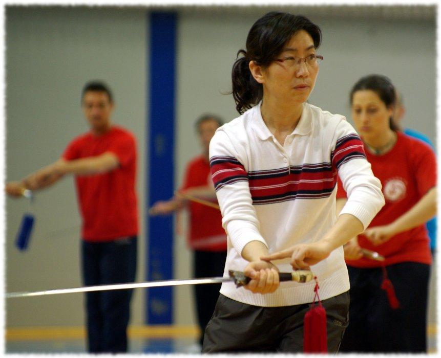 Meisterin Chen Peiju unterrichtet Schwert